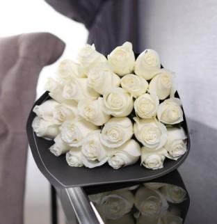 25 bílých růží