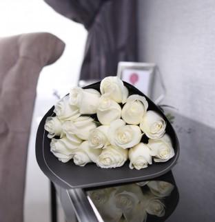 19 bílých růží