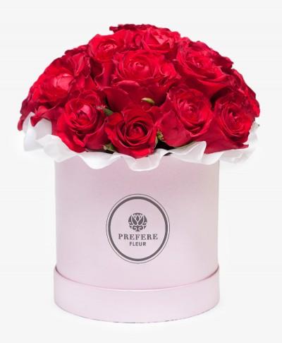 Klasické rudé růže v kloboukové krabici Demi Pink