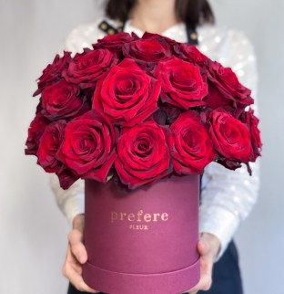 Red roses in hat box