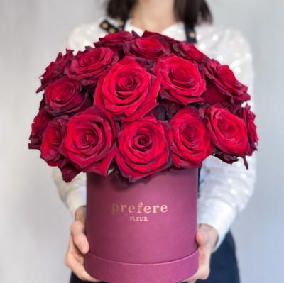 Классические красные розы в шляпной коробке