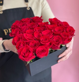 """Red roses """"Heart"""" in a black box"""