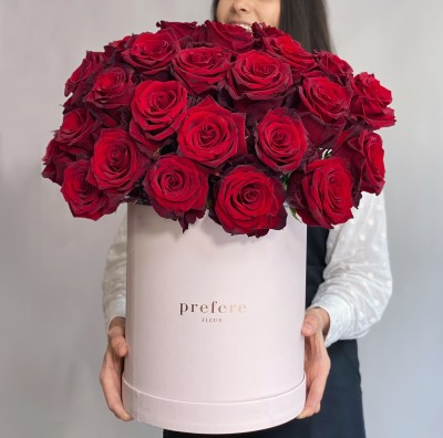 Классические красные розы в коробке