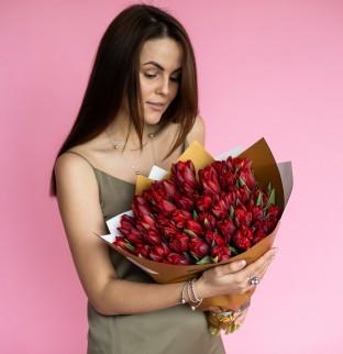 Kytice rudých tulipánů