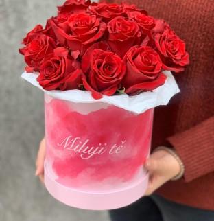 Červené růže v krabici s nápisem