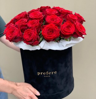 Red roses in hat box Grand Black