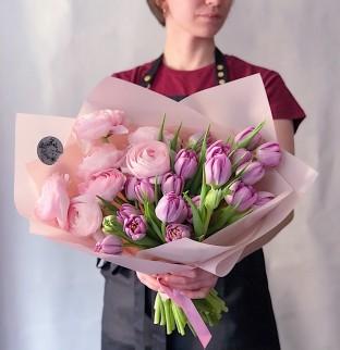 Ranunculus (Pryskyřník) a tulipány