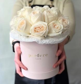Bílé růže v kloboukové krabici