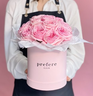 Růžové růže v kloboukové krabici