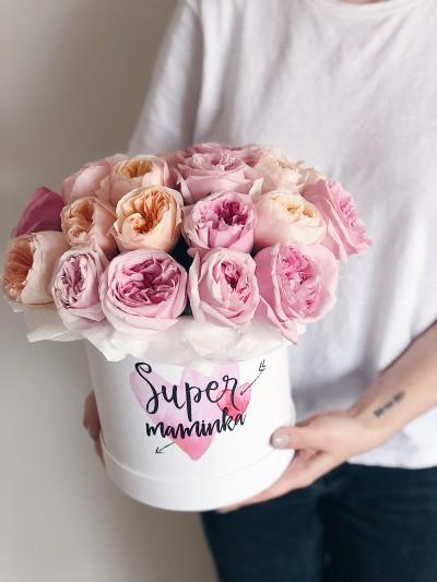 Pivoňkové růže v krabici s nápisem