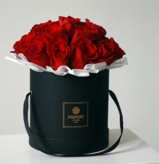 Klasické rudé růže v kloboukové krabici Demi Black