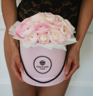 Ranunculus in a hat box Pink
