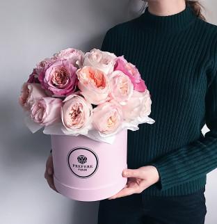 Pivoňkové růže v krabici