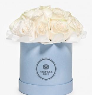 Bílé růže v kloboukové krabici Demi