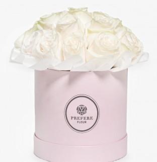 Белые розы в шляпной коробке Pink